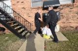 Cảnh sát Mỹ giúp đỡ người dân vượt ngoài nhiệm vụ