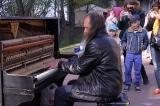 Tiếng dương cầm vang lên khiến khách qua đường phải dừng bước