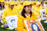 Bà Gao Weiwei cầm bức ảnh em gái mình, người đã bị chính quyền Trung Quốc sát hại vì đức tin vào Pháp Luân Công, tại Washington hôm 22/6/2018.