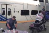 Cảnh sát quỳ gối thay tã cho con của người phụ nữ bị rối loạn tâm lý