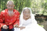 Đôi vợ chồng già chụp ảnh cưới lần đầu tiên sau 80 năm kết hôn