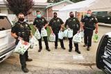 Cảnh sát Mỹ mua thức ăn mang đến tận nhà cho một cụ già